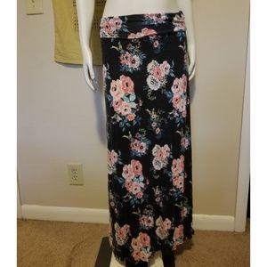 🌸 Floral Maxi Skirt 🖤💫